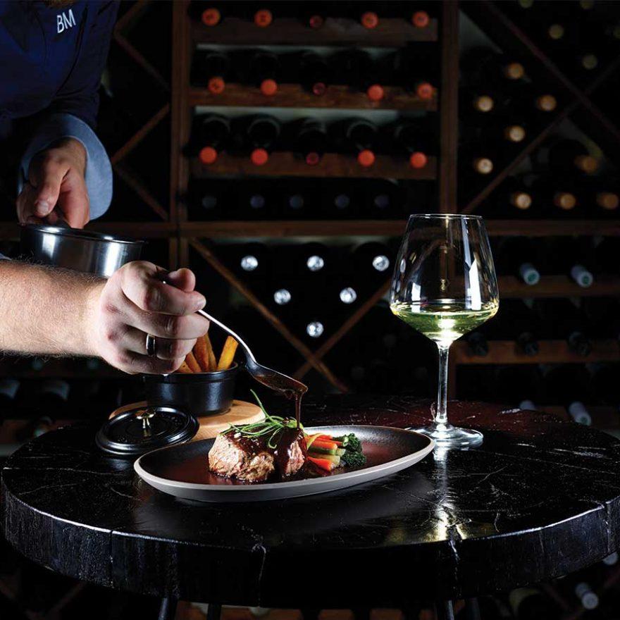 Fleisch und Weisswein in der Weinbar genießen