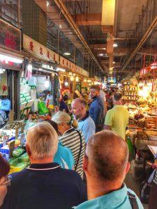 Markt in Asien-Staende und Menschen