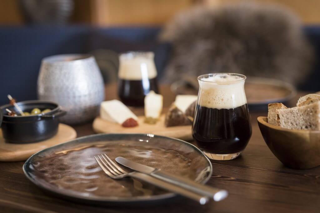 Maerz_Weinbar-tisch-mit-craft-beer-oliven-und-kaese